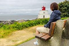 Wanderer, der nach einem weiten Spaziergang sich entspannt Lizenzfreies Stockbild