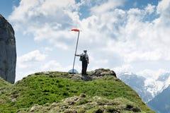 Wanderer, der nahe bei der Windschaufel steht und unten zum val schaut Stockfotos