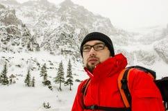 Wanderer, der nahe Kabine stillsteht Lizenzfreie Stockfotos