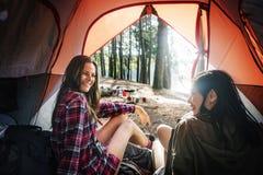 Wanderer, der Reise-Reise-Wanderungs-Konzept wandernd kampiert stockbilder