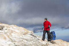 Wanderer, der schöne Landschaft genießt Lizenzfreies Stockbild