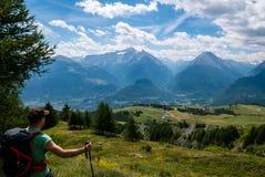Wanderer an der Spitze eines Berges lizenzfreies stockbild