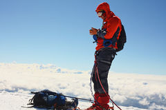 Wanderer an der Spitze eines Bergs Stockbild