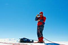 Wanderer an der Spitze eines Bergs Lizenzfreie Stockfotografie