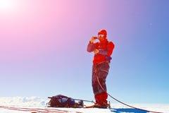 Wanderer an der Spitze eines Bergs Lizenzfreies Stockfoto