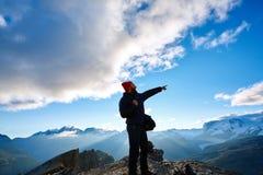 Wanderer an der Spitze eines Durchlaufs Lizenzfreie Stockfotografie