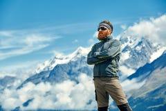 Wanderer an der Spitze eines Durchlaufs Lizenzfreie Stockbilder