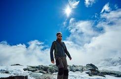 Wanderer an der Spitze eines Durchlaufs Lizenzfreies Stockfoto