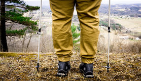 Wanderer, der stoppt, um über einem Berg zu schauen Lizenzfreie Stockfotos