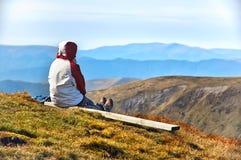 Wanderer, der Talansicht von der Spitze eines Berges genießt Stockfotos