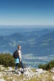 Wanderer, der unten nach dem Tal schaut Lizenzfreie Stockfotografie