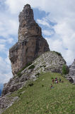 Wanderer an der Unterseite der berühmten Glockenturmdi Val Montanaia lizenzfreie stockbilder