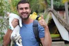 Wanderer, der zu einem Kampieren mit seiner Katze ankommt lizenzfreies stockfoto