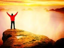 Wanderer, der zum Herbst Sun am Horizont aufpasst Schöner Moment das Wunder der Natur Bunter Nebel im Tal Mann steht allein stockbilder