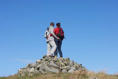 Wanderer, die auf Stapel von Felsen stehen Stockfoto