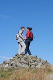 Wanderer, die auf Stapel von Felsen stehen Stockfotos