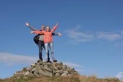Wanderer, die auf Stapel von Felsen stehen Stockbild