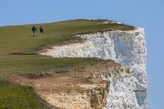 Wanderer, die am Beachy Kopf in Ost-Sussex gehen Lizenzfreie Stockbilder