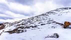Wanderer, die bis zur Spitze der Pfeifer, nahe der Stadt des Jaspisses vorangehen Stockfoto