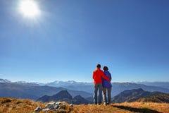 Wanderer, die die Ansicht genießend betrachtet Berglandschaft wandern Lizenzfreies Stockbild