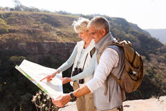Wanderer, die Karte schauen Stockfotos