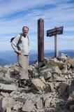 Wanderer in einem rauen alpinen Gelände Stockfotografie