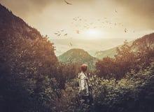 Wanderer in einem Wald Stockfotografie