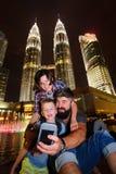 Wanderer in einer Großstadt Dreiköpfige Familie glücklich und zusammen für die Malaysia-Reise aufgeregt Feiertagsferien, im Ausla stockbilder