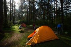 Wanderer entspannen sich in einem Lager stockfotos