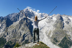 Wanderer erreicht Gebirgsspitze stockfotografie