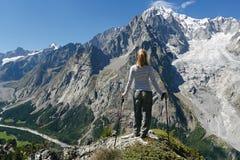 Wanderer erwägt Mont Blanc stockbild