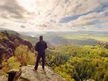 Wanderer am Felsenende über Tal Bemannen Sie Uhr über nebelhaftem und herbstlichem Morgental zum hellen Morgen nirgendwo Lizenzfreie Stockbilder