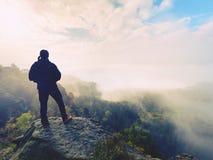 Wanderer am Felsenende über Tal Bemannen Sie Uhr über nebelhaftem und herbstlichem Morgental zum hellen Morgen nirgendwo Lizenzfreies Stockbild