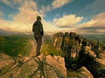 Wanderer am Felsenende über Tal Bemannen Sie Uhr über nebelhaftem und herbstlichem Morgental zum hellen Morgen nirgendwo Lizenzfreie Stockfotos
