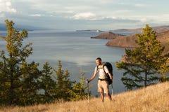 Wanderer gegen großen See Lizenzfreie Stockfotos