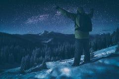 Wanderer gegen sternenklaren nächtlichen Himmel Instagram-Stylisation Stockbilder