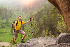 Wanderer gehen Berg hinauf Lizenzfreie Stockfotos
