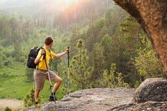 Wanderer gehen Berg hinauf Lizenzfreies Stockbild