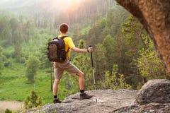 Wanderer gehen Berg hinauf Lizenzfreie Stockfotografie