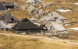 Wanderer gehende thorugh szenische Landschaft der hohen alpinen Weide Velika Planina in Slowenien während der Frühlingszeit Stockfotos