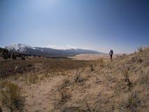 Wanderer geht entlang Sandy Path an großen Sanddünen nationales P stockfotografie