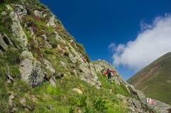 Wanderer glücklich in den Bergen lizenzfreies stockbild