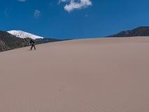 Wanderer am großen Sanddüne-Nationalpark lizenzfreie stockbilder