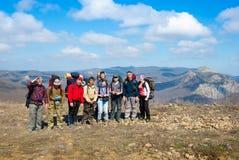 Wanderer gruppieren auf einer Spitze Lizenzfreie Stockfotografie