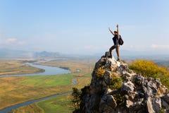 Wanderer hebt seine Arme oben an und schreiend mit Freude Lizenzfreie Stockbilder