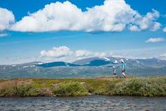 Wanderer hingesetzt zum Rest Sommerschuß Lizenzfreie Stockfotos