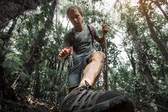 Wanderer im tropischen Wald Lizenzfreie Stockfotos