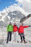 Wanderer machen eine Pause während des Wanderns im Kaukasus, Georgia Stockfotos