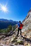 Wanderer macht eine Pause, ein Bergpanorama beobachtend Mont Blanc mas stockfotografie