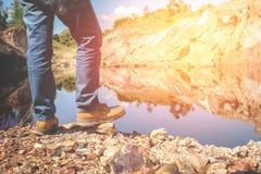 Wanderer mit dem Rucksack, der auf Spitzenstein steht Lizenzfreie Stockbilder